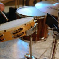 grające dziecko na perkusji